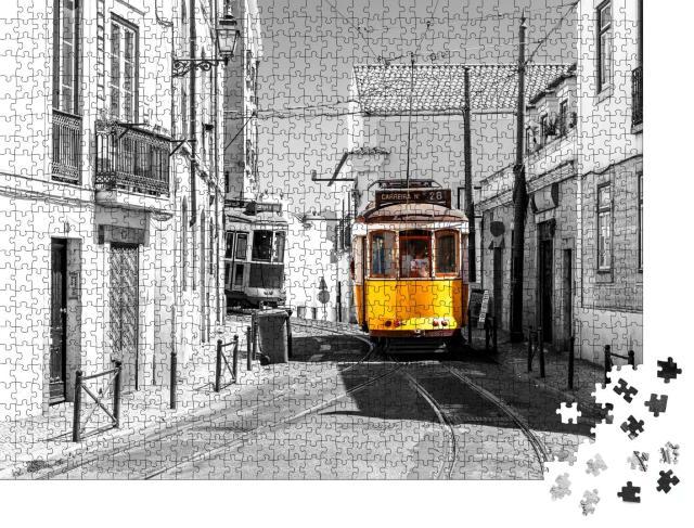 """Puzzle 1000 Teile """"Gelbe Straßenbahn in den alten Straßen Alfama in Lissabon"""""""