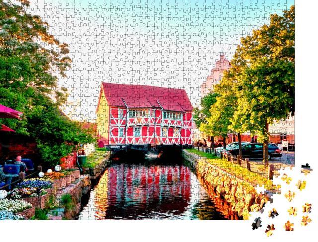 """Puzzle 1000 Teile """"Rotes Fachwerkhaus in Wismar am Kanal, Deutschland"""""""