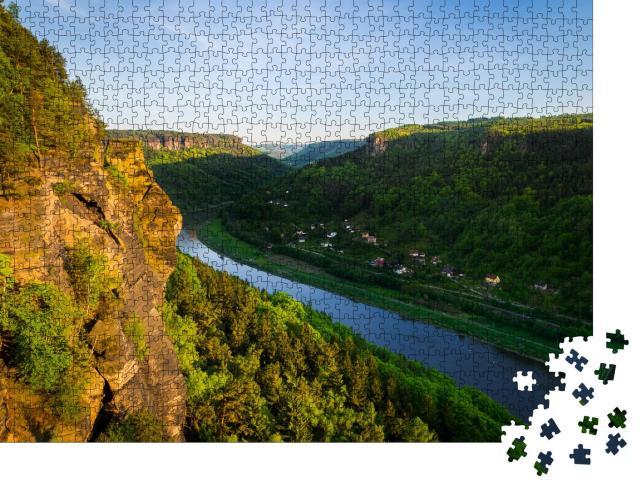 """Puzzle 1000 Teile """"Sandsteinfelsen und Wälder in der Abendsonn, Elbe"""""""
