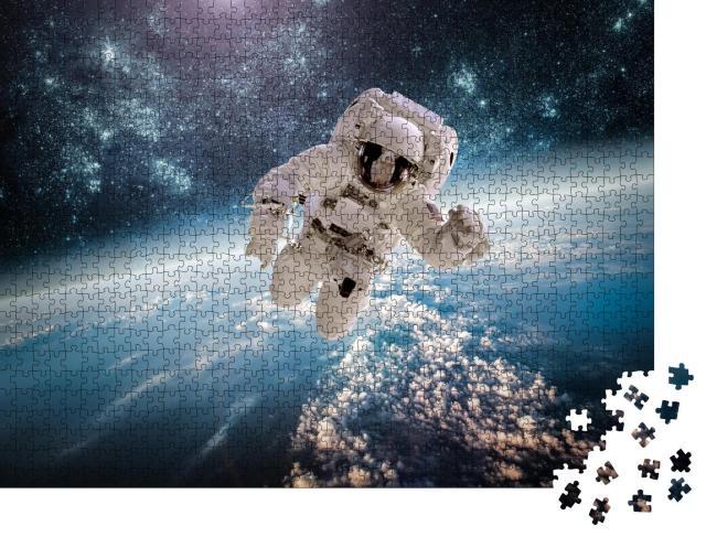 """Puzzle 1000 Teile """"Astronaut im Weltraum, im Hintergrund die Erde"""""""