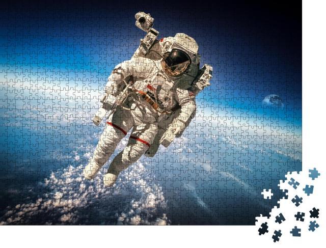 """Puzzle 1000 Teile """"Astronaut im Weltraum über der Erde"""""""