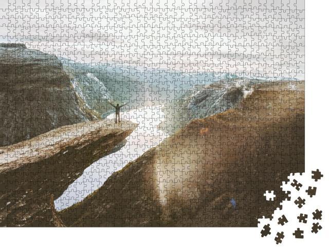 """Puzzle 1000 Teile """"Ein glücklicher Mann auf den Trolltunga Klippen, Norwegen"""""""