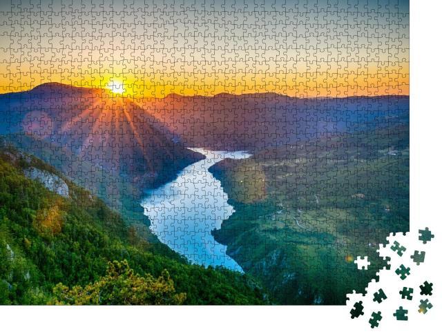 """Puzzle 1000 Teile """"Aussichtspunkt Banjska stena, Tara Berg, Serbien mit Sonnenuntergang"""""""