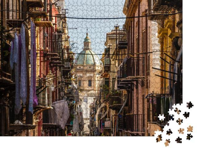"""Puzzle 1000 Teile """"Blick durch enge Gassen: Kirche von San Matteo im Herzen von Palermo, Italien"""""""