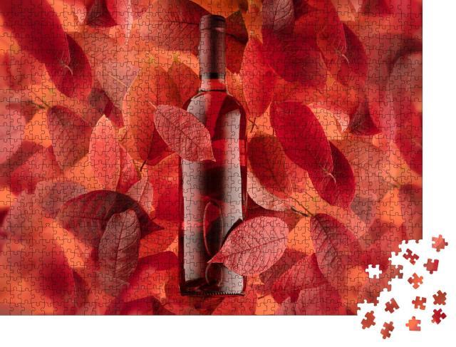 """Puzzle 1000 Teile """"Flasche Rot- oder Roséwein auf einem Hintergrund aus Herbstblättern"""""""