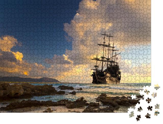 """Puzzle 1000 Teile """"Piratenschiff auf dem offenen Meer im Sonnenuntergang"""""""