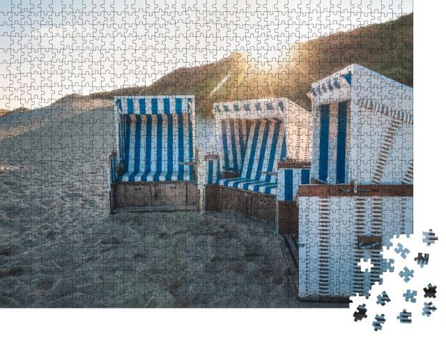 """Puzzle 1000 Teile """"Strandkörbe bei Sonnenaufgang auf der Insel Sylt, Deutschland"""""""