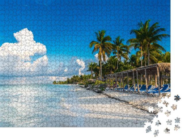 """Puzzle 1000 Teile """"Ein Sitzplatz vor dem karibischen Meer am Strand, Cayo Gulliermo, Kuba"""""""