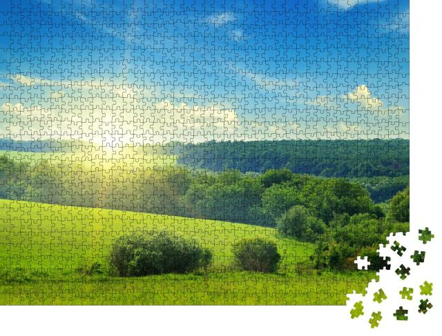 """Puzzle 1000 Teile """"Grüne Wiesen und Wälder im Sonnenaufgang"""""""