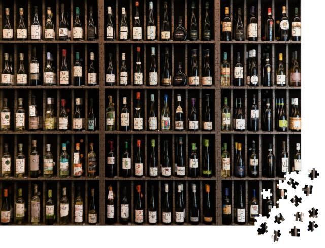 """Puzzle 1000 Teile """"Ein Regal voll gut sortierter Weinflaschen"""""""