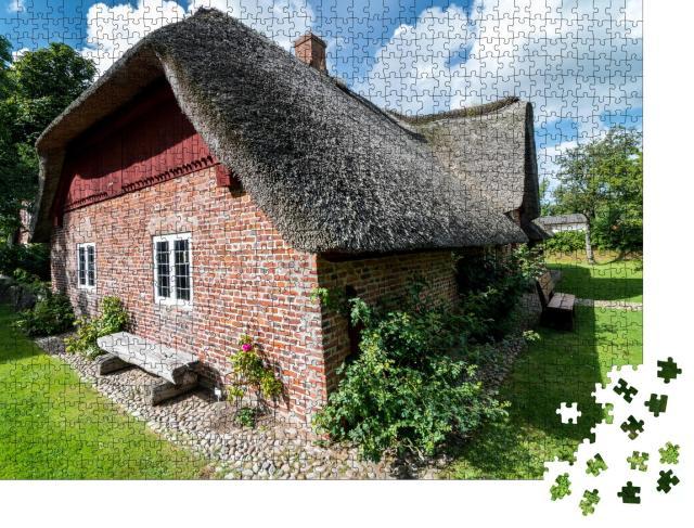 """Puzzle 1000 Teile """"Traditionelles Bauernhaus mit Reetdach in Norddeutschland """""""