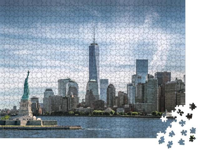 """Puzzle 1000 Teile """"Freiheitsstatue, Skyline von Manhatten, One World Trade Center, New York City"""""""