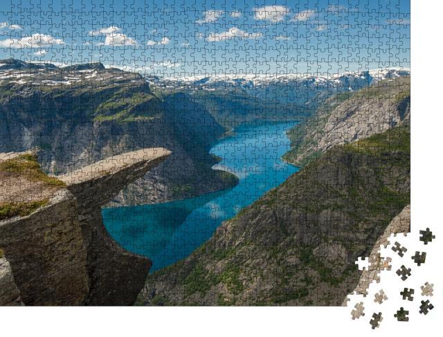 """Puzzle 1000 Teile """"Trollzungenfelsen über dem See Ringedalsvatnet, Norwegen"""""""