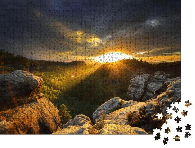 """Puzzle 1000 Teile """"Sonnenuntergang: Nationalpark Sächsische Schweiz mit Felsen und Bäumen"""""""