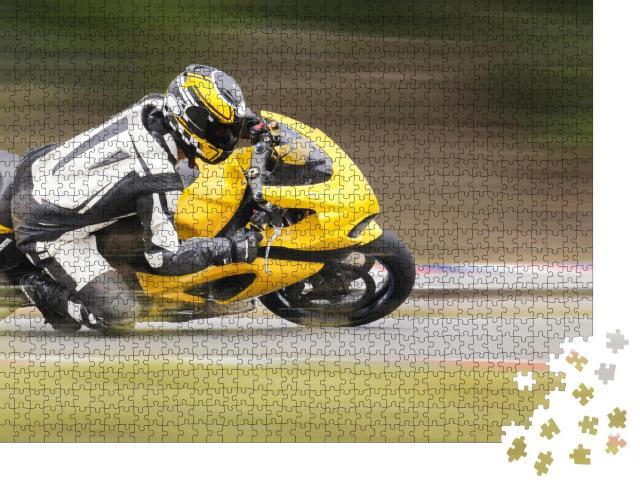 """Puzzle 1000 Teile """"Motorradtraining einer schnellen Kurve auf der Rennstrecke"""""""