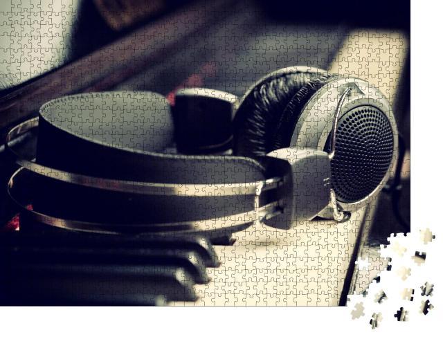 """Puzzle 1000 Teile """"Klaviertastatur und Kopfhörer, bereit für den Einsatz"""""""