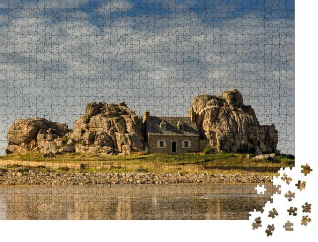 """Puzzle 1000 Teile """"Malerisches Haus zwischen Felsen, Bretagne, Frankreich"""""""
