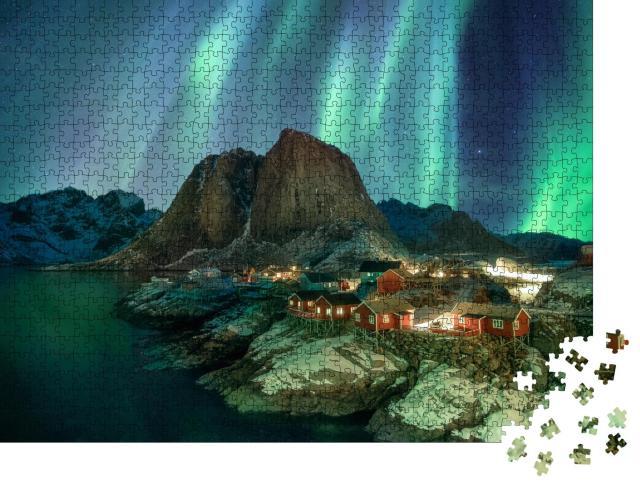 """Puzzle 1000 Teile """"Nordlicht über Fischerdorf mit Bergkette, Küste von Hamnoy, Norwegen"""""""