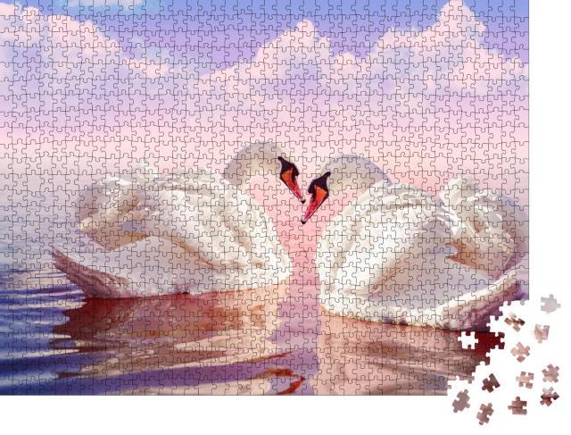 """Puzzle 1000 Teile """"Zwei wunderschöne weiße Schwäne im zartrosa Sonnenaufgang"""""""