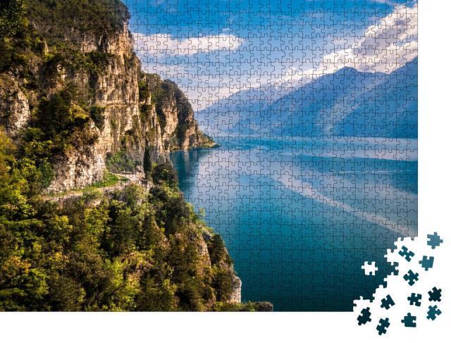 """Puzzle 1000 Teile """"Wunderschöne Berge umgeben den Gardasee"""""""