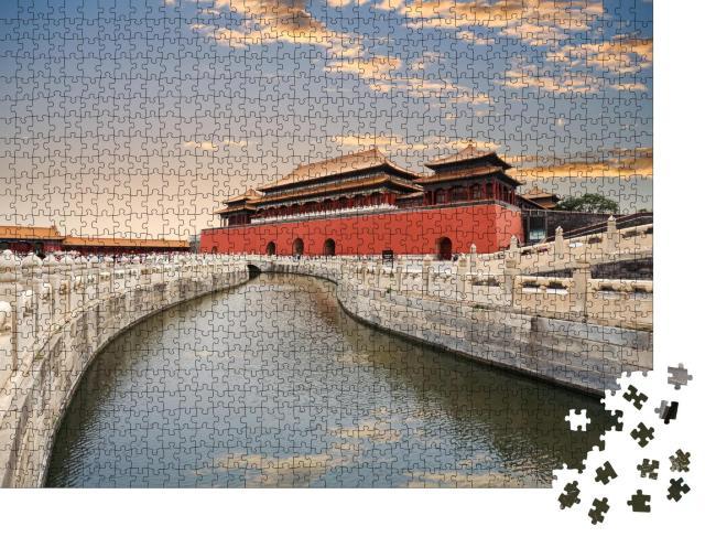 """Puzzle 1000 Teile """"Die Verbotene Stadt, goldene Wasserbrücke mit Sonnenuntergangslicht in Peking, China"""""""