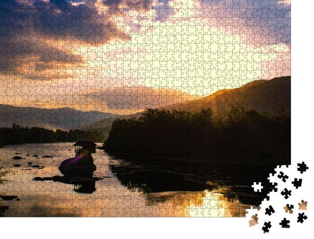 """Puzzle 1000 Teile """"Haus am Fluss Drina, Serbien"""""""