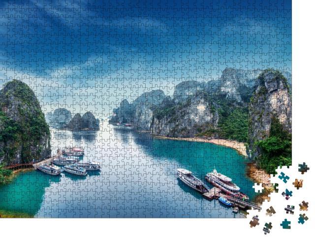 """Puzzle 1000 Teile """"Touristische Dschunken schwimmen zwischen Kalksteinfelsen in der Ha Long Bay, Vietnam"""""""