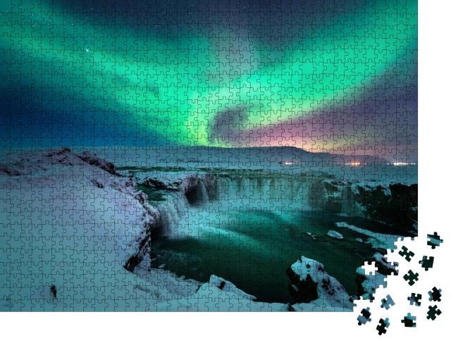 """Puzzle 1000 Teile """"Polarlichter über dem Godafoss-Wasserfalls im winterlichen Island"""""""