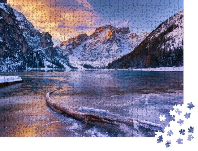 """Puzzle 1000 Teile """"Winterlicher Sonnenaufgang über dem Pragser Wildsee, Dolomiten, Italien"""""""