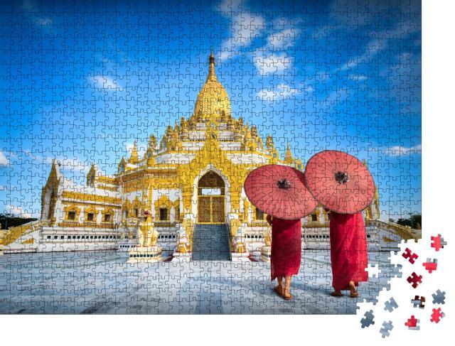 """Puzzle 1000 Teile """"Mönche mit roten Regenschirmen vor der Swe Taw Myat Pagode, Yangon, Myanmar"""""""