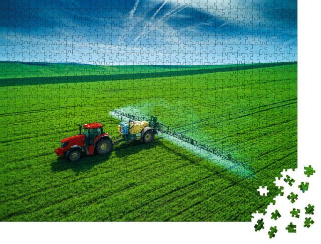 """Puzzle 1000 Teile """"Luftaufnahme eines Traktors, der auf einem Feld pflügt und sprüht"""""""