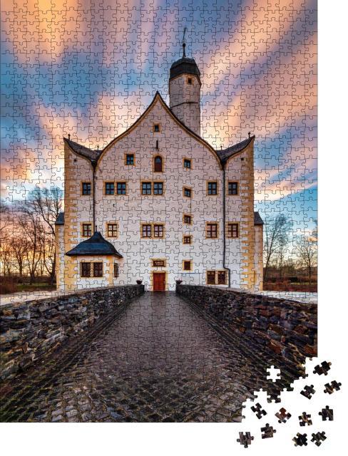 """Puzzle 1000 Teile """"Ziehende Wolken über dem Wasserschloss Klaffenbach bei Chemnitz"""""""