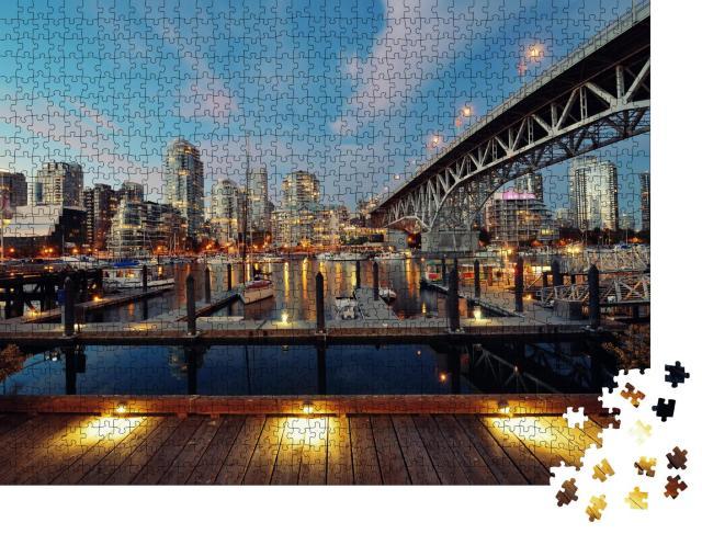 """Puzzle 1000 Teile """"Vancouver False Creek bei Nacht mit Brücke und Boot"""""""