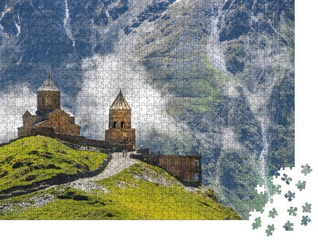 """Puzzle 1000 Teile """"Dreifaltigkeitskirche Gergeti beim Dorf Gergeti in Georgien"""""""