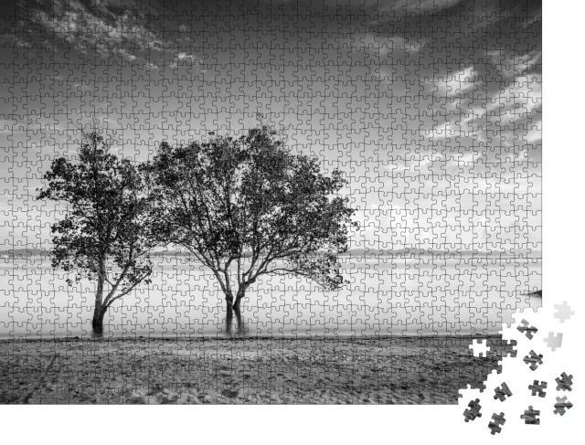 """Puzzle 1000 Teile """"Meereslandschaft mit Bäumen, schwarz-weiß"""""""