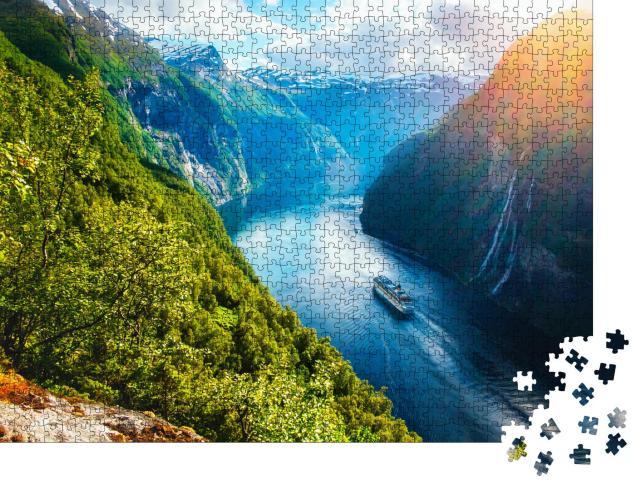 """Puzzle 1000 Teile """"Blick auf Sunnylvsfjorden: Fjord mit Kreuzfahrtschiff und Wasserfall, Norwegen"""""""