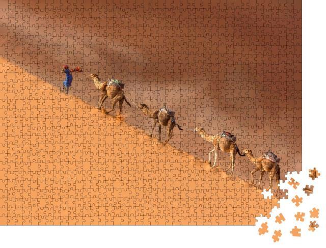 """Puzzle 1000 Teile """"Kameltreiber führt eine Kamelkarawane in der Wüste Sahara während eines Wüstensturms"""""""