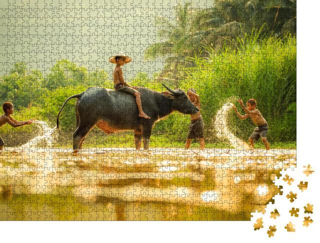 """Puzzle 1000 Teile """"Wasserspiele - Jungen und Wasserbüffel in Asien"""""""