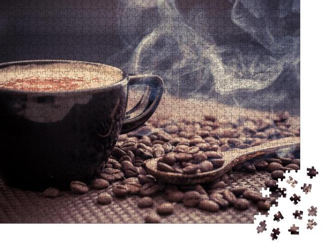 """Puzzle 1000 Teile """"Duftend heißer Kaffee umgeben von frisch gerösteten Kaffeebohnen"""""""