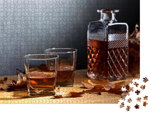 """Puzzle 1000 Teile """"Whiskey und vertrocknete Eichenblätter auf einem alten Holztisch"""""""