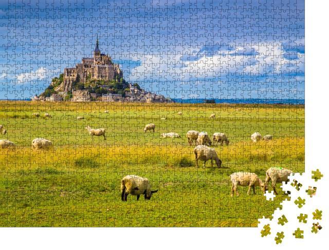 """Puzzle 1000 Teile """"Le Mont Saint-Michel mit Schafen auf grünen Weisen, Normandie, Frankreich"""""""