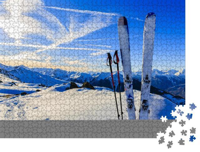 """Puzzle 1000 Teile """"Bereit für die Abfahrt: Skier im Schnee"""""""