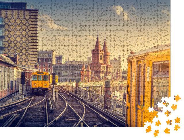 """Puzzle 1000 Teile """"Berliner U-Bahn mit Oberbaumbrücke bei Sonnenuntergang, Deutschland"""""""
