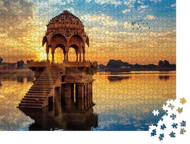"""Puzzle 1000 Teile """"Sonnenuntergang vor den Ruinen von Gadi Sagar, Indien"""""""