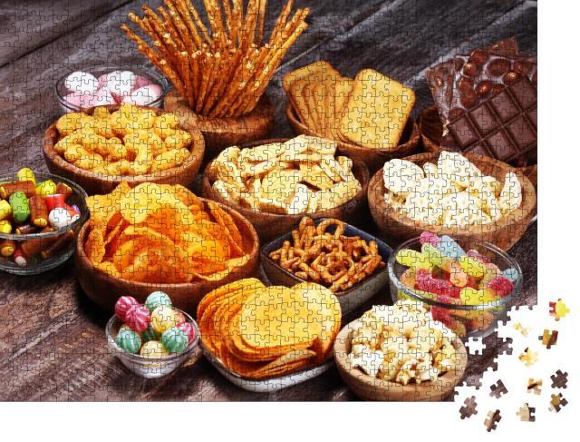 """Puzzle 1000 Teile """"Bereit für den Party-Abend: Bunte Auswahl an Snacks"""""""