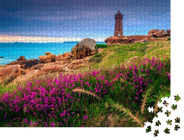 """Puzzle 1000 Teile """"Leuchtturm und Blumen im Sonnenuntergang, Bretagne, Frankreich"""""""