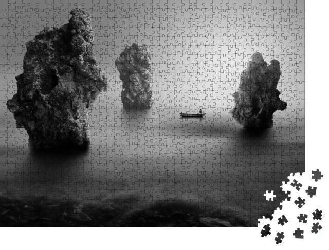 """Puzzle 1000 Teile """"Einsamer Fischer zwischen Meeresfelsen, schwarz-weiß"""""""