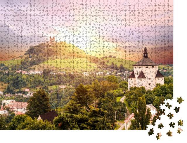 """Puzzle 1000 Teile """"Alte slowakische Bergbaustadt Banska Stiavnica in der Abenddämmerung"""""""