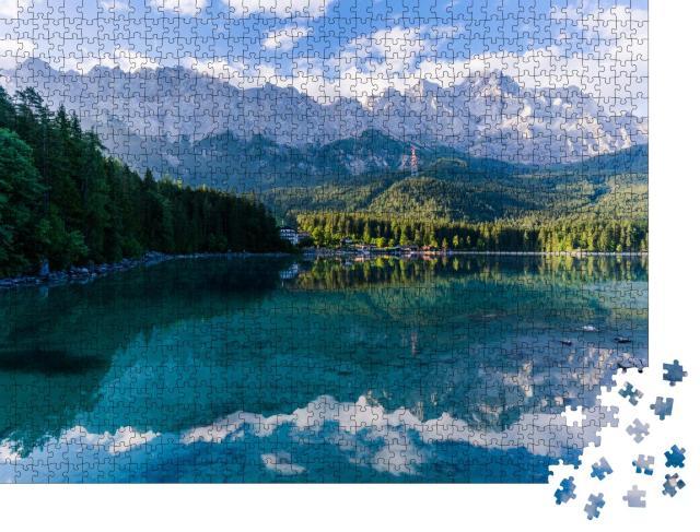 """Puzzle 1000 Teile """"Schöner und bewölkter Sommer-Sonnenaufgang am Eibsee in den deutschen Alpen"""""""