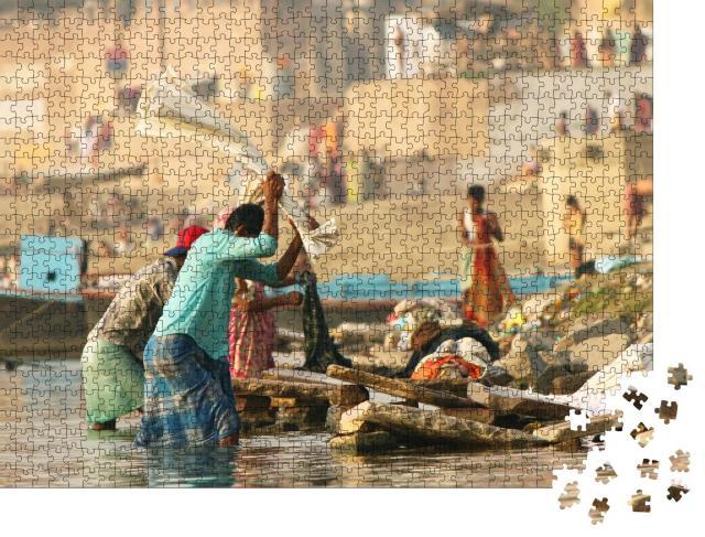 """Puzzle 1000 Teile """"Männer bei der Arbeit, in einer Wäscherei, Dhobighat bei Varanasi"""""""